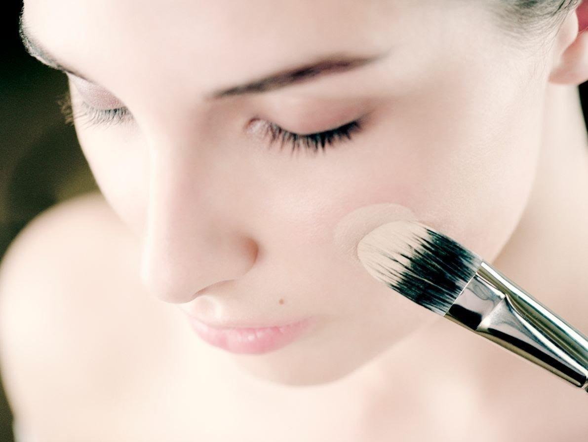 Основу под макияж наносить тональный крем
